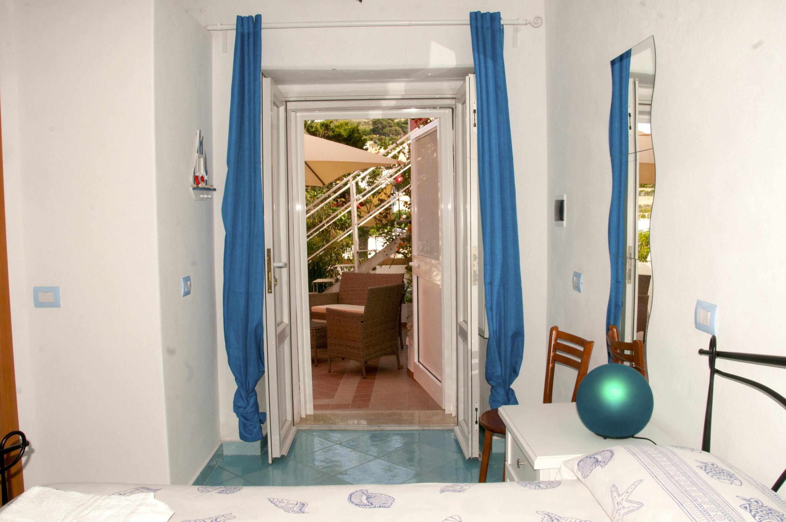 Affitto per camere in ponza da laura quadrupla blu for Camere affitto